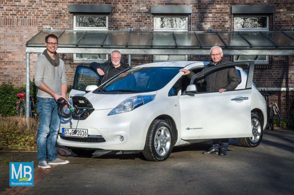 Martin Rehrs, Heinz Bülter und Franz Möllering (v.l.) mit dem neuen Elektroauto der Gemeinde. | Foto: Stefan Klausing