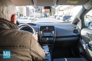 Bürgermeister Fran Möllering ist von dem neuen Auto ganz angetan. | Foto: Stefan Klausing