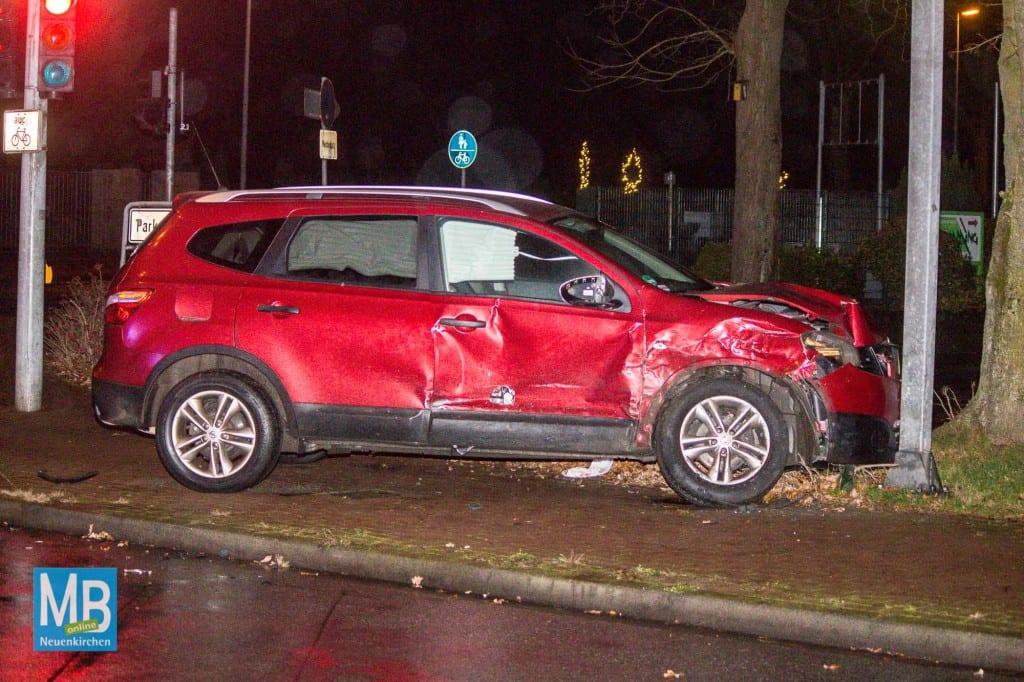 Der Nissan prallte gegen ein Verkehrsschild. | Foto: Heuermann