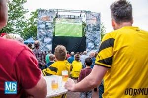 Nur-etwa-150-Fußballfans-verfolgten-das-Endspiel-zwischen-Borussia-Dortmund-und-dem-FC-Bayern-München-auf-dem-Heyeröder-Platz.-Foto-Stefan-Klausing